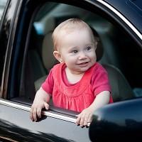 bebe-amelia-in-masina