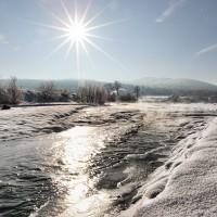 riu inghetat langa marginea sucevita