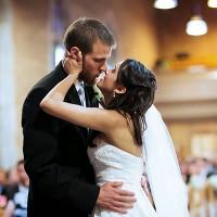 mire sarutand mireasa in biserica