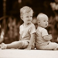 2 fratii in parc